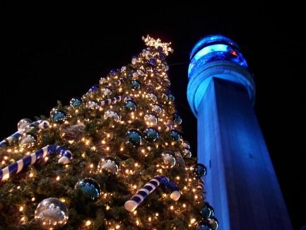Árbol de Navidad instalado al lado de la torre Entel. Santiago de Chile. 17 de diciembre de 2009.